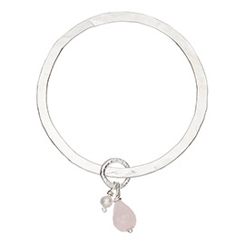 JR14RQ Flat hammered bangle with large rose quartz and pearl